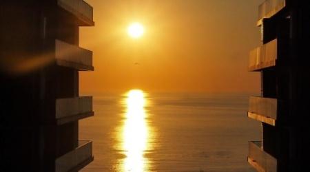 Zachód słońca z balkonu w Apartamencie M.102 w Batumi